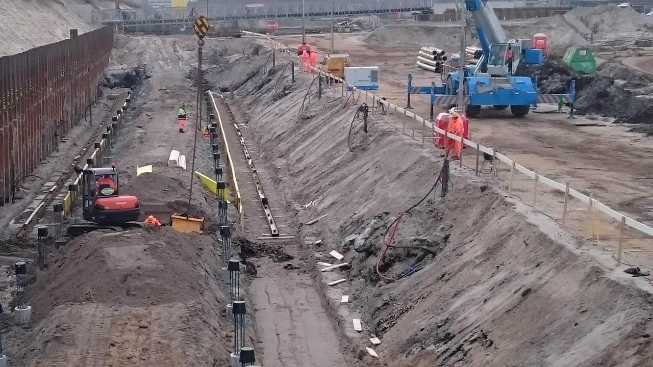 1e ontgravingen+ deepwells70cm in het talud