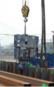 IXAS gebruikt stalen damwanden die de grond worden ingebracht met een trilblok.