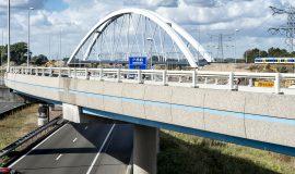 foto van de nieuwe spoorbrug in knooppunt Muiderberg