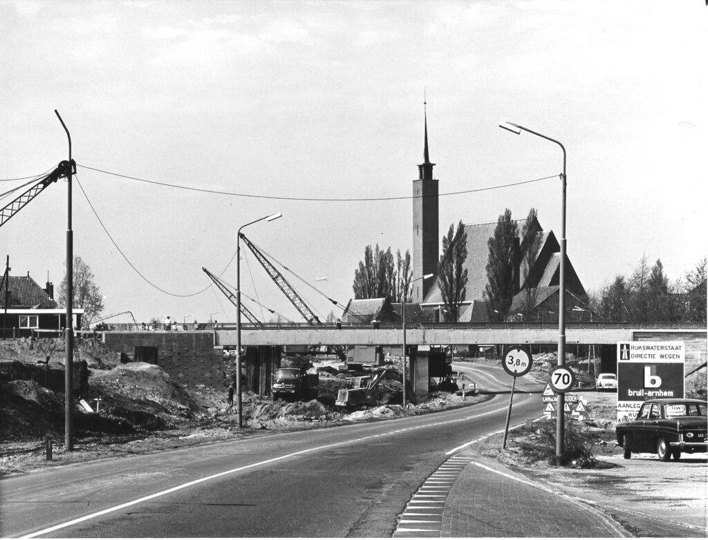 Aanleg spoorviaduct Kazernepad, op de achtergrond de Sint Annakerk