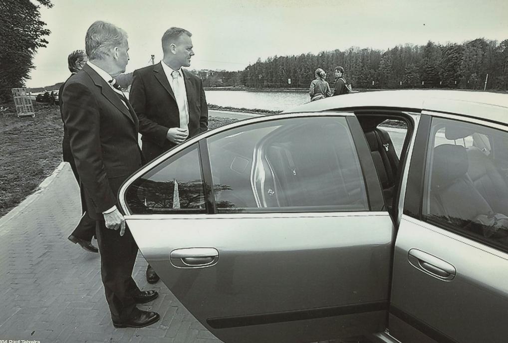 Dick (tweede van rechts) naast burgemeester Kamphuis en zijn dienstauto.